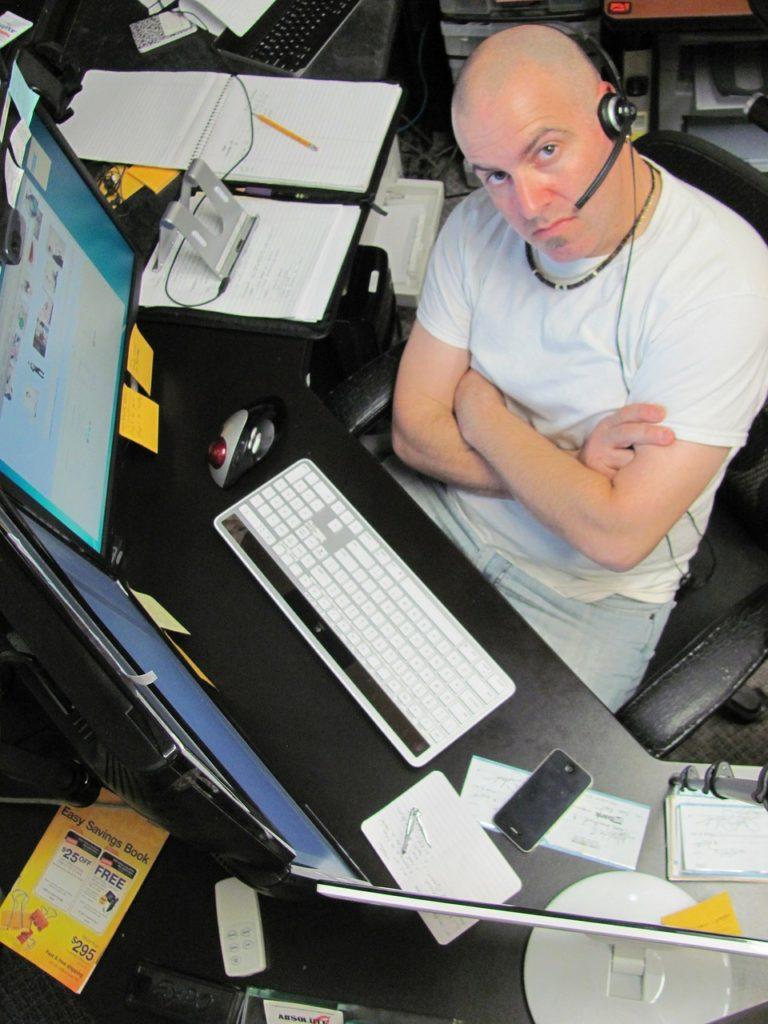 Servicio al cliente telefónica, por correo y por ticket.